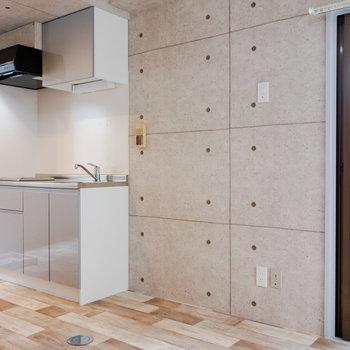 次にキッチンを。冷蔵庫や家電ラックは右手側に。