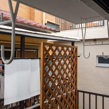 窓は3ヶ所ありますが、眺望は基本的に隣の家です。