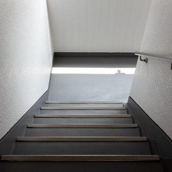 階段はかなり広めです。