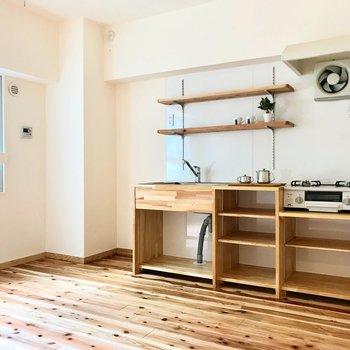 無垢床が広がるダイニング。壁は生成色の漆喰。明るい空間です。