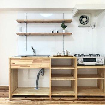 雰囲気にぴったりのキッチン。なんとオーナーさんの手作り!食器たちを魅せても、BOX収納をあわせても素敵。