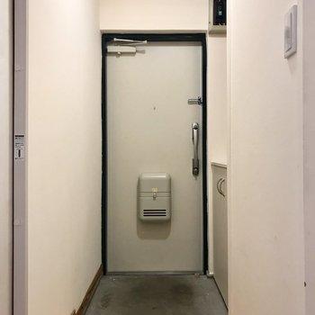 玄関までも無垢床が。