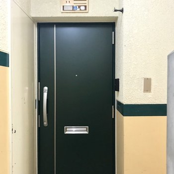 玄関はダブルロックで安心。防犯カメラもありますよ。