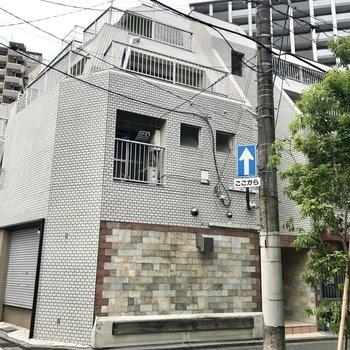 レトロで可愛らしい外観!1階にはオーナーさんの事務所と雰囲気良さげなお寿司屋さんが入っていました。