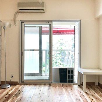 続いて玄関側の洋室。窓の外の借景で緑がちらり。ベッドルームとしておすすめ。
