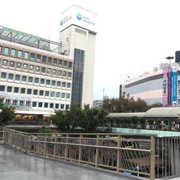 駅の南側にはショッピング施設があり便利。