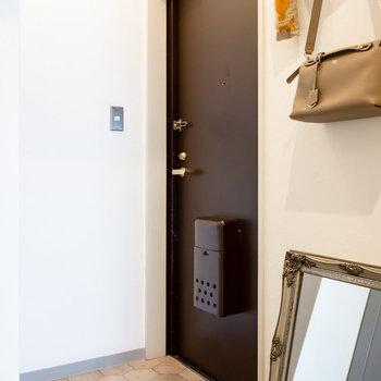 玄関は比較的ゆったりしています。※家具、小物はサンプルです。
