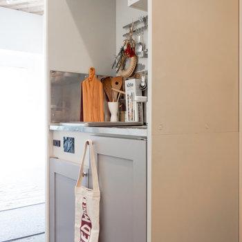 ドアの色がキュートですね。※家具、小物はサンプルです。