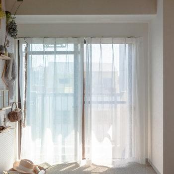 有孔ボードには好きな雑貨を飾って。※家具、小物はサンプルです。