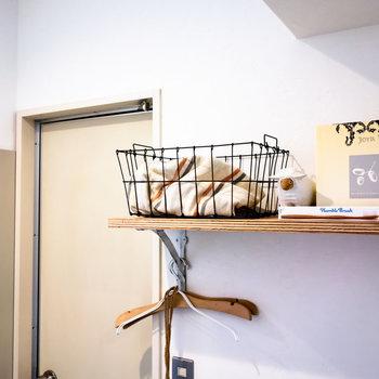 ここにシェルフがあるの、すごく助かります。※家具、小物はサンプルです。