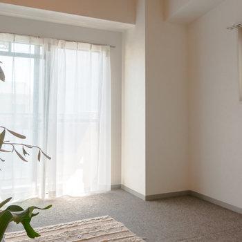 動線的にベッドは右奥になりそう。※家具、小物はサンプルです。