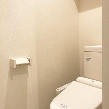 トイレ上部には収納棚がついています。※写真は前回募集時のものです