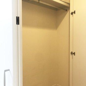 廊下側の収納にお洋服がたっぷり入りそうです。※写真は前回募集時のものです