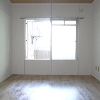 共用廊下につながる洋室。大きな窓があるので、廊下側は上手く目隠しを!