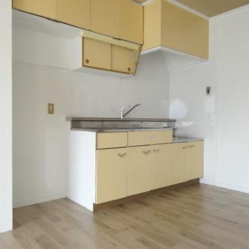 クリーム色のキッチン。隣に冷蔵庫置けますよ♪