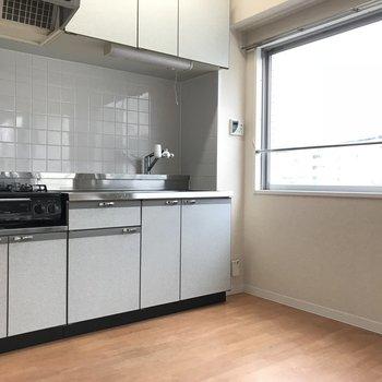1階にはゆとりのあるキッチンがあります。 (※写真は3階の同間取り別部屋のものです)