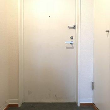 すっきりとした玄関です。 (※写真は3階の同間取り別部屋のものです)