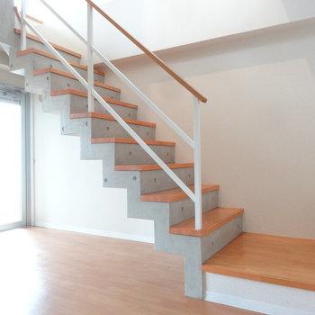 スタイリッシュな階段を上がると・・・ (※写真は3階の同間取り別部屋のものです)