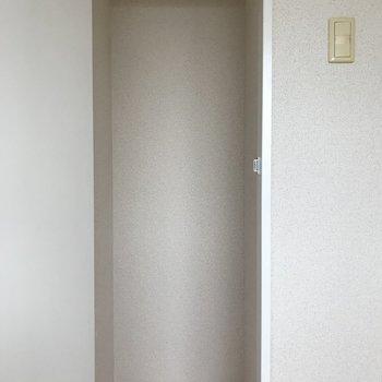 洋室のクローゼットはかわいいサイズ感。 (※写真は3階の同間取り別部屋のものです)