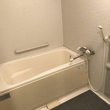 浴室も広々としています。 (※写真は3階の同間取り別部屋のものです)