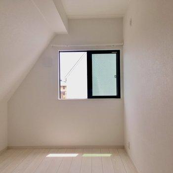 【3階】5.4帖の洋室へ。