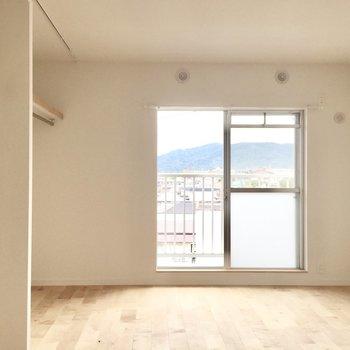 寝室はダブルベッドもしっかり入る広さ◎(※写真は前回工事したお部屋のものです。一部仕様が異なります)