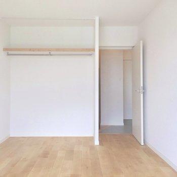 玄関側のお部屋にもオープン収納。ゲストルームとして使うのもいいですね。(※写真は前回工事したお部屋のものです)