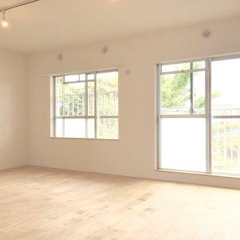 リビングには窓が2つで明るい空間。(※写真は前回工事したお部屋のものです)