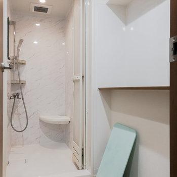 お風呂はシャワールームでささっと。これが2つあります。