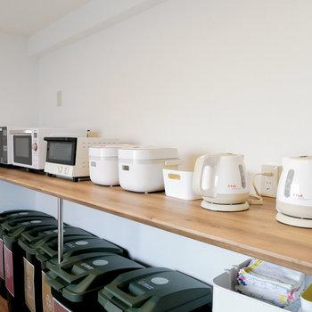 電気ケトル、炊飯器、トースターにオーブンレンジまで完備。