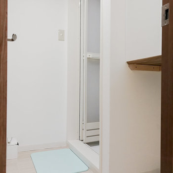棚があって着替えのしやすい脱衣所。