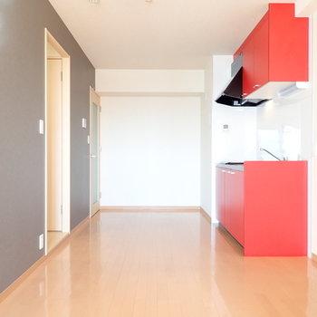 赤いキッチンがかわいいですね。(※写真は6階の同間取り別部屋のものです)