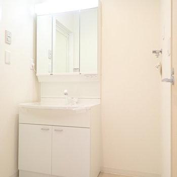 洗濯機は洗面台のとなりです。(※写真は6階の同間取り別部屋のものです)