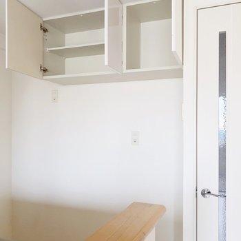 背面には吊り戸棚と4口のコンセント差込口。キッチン家電まるっと置けますよ(※写真は清掃前のものです)