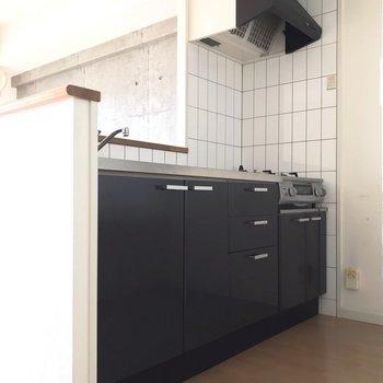 キッチンの壁はタイルになっていてお手入れしやすい(※写真は清掃前のものです)