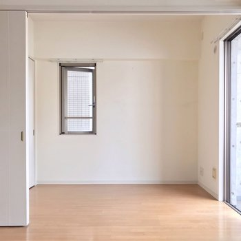 角部屋なので側面にも窓(※写真は清掃前のものです)