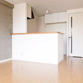 キッチン周り照明はダウンライトでムード◯(※写真は清掃前のものです)