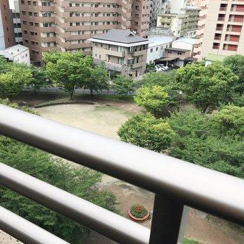 見下ろすと公園です。グリーンが癒やし