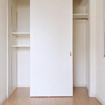 収納は可動式の棚とハンガーポールで整頓しやすい(※写真は清掃前のものです)