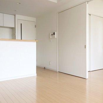 リビング側にはカウンターキッチンがあります(※写真は清掃前のものです)