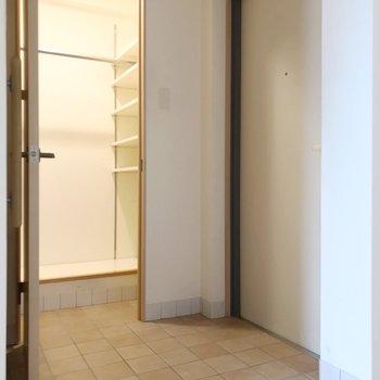 玄関の横には何やら大きな収納(※写真は清掃前のものです)