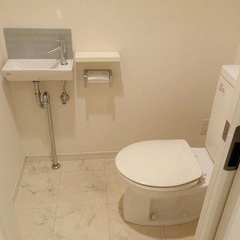 トイレは脱衣所内の扉の中に。小さい手洗い付きです(※写真は清掃前のものです)