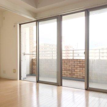 窓は1面でとても明るい空間(※写真は清掃前のものです)