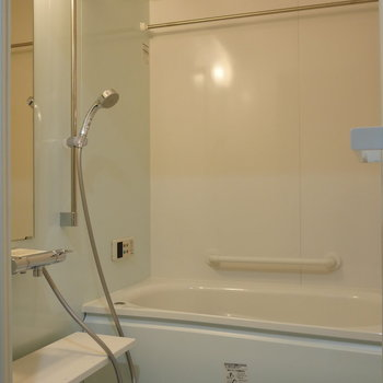 爽やかな浴室。 乾燥機能も追焚機能もついています。