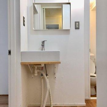 コンパクトな洗面台。無駄のない作りに惚れ惚れ。(※写真は清掃前のものです)