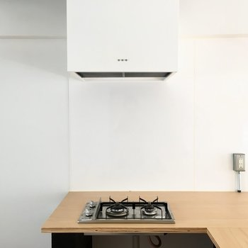 コンロは2口。料理後は壁やテーブルのお掃除を忘れずにね。(※写真は清掃前のものです)