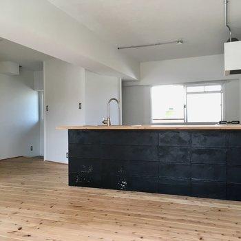 キッチンはパッと目を引く黒色。お部屋を引き締めてくれます。(※写真は清掃前のものです)