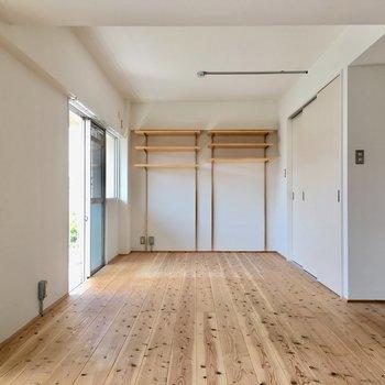 洋室全面に無垢床。こちら側はベッドルームに。(※写真は清掃前のものです)