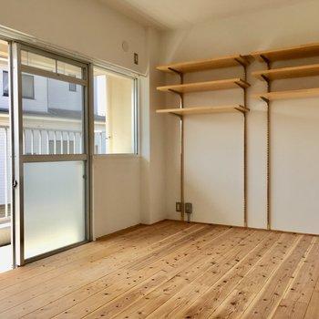 可動式の棚には、お気に入りの本だったりドライフラワーを飾ろう。(※写真は清掃前のものです)