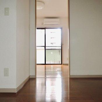 キッチン前スペースはコンパクトです※写真は通電前のものです